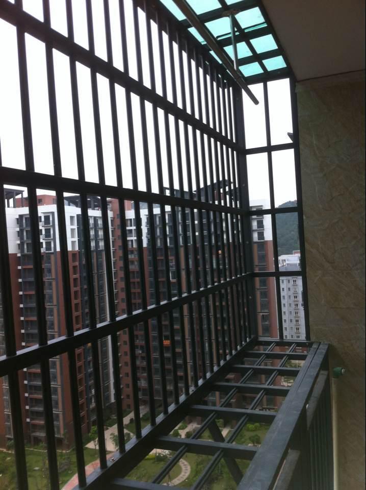 铝镁合金防盗网的颜色丰富,任君选择,打破了传统防盗网颜色单调的局限性。 喷涂、电泳、氧化等表面处理,外表美观、时尚。 铝镁合金绝不生锈、解决了户外防盗网因生锈带来的烦恼。 款式新颖、品种多(分固定式、飘窗式、抛窗式、逃生窗等几大系列)。结构合理、牢固耐用,防盗管内全部采用8毫米螺纹钢条加强,强度大大超过空心管设计的传统防盗网。石家庄防盗窗提供的铝镁合金防盗网组装、安装方便,采用免焊接工艺,简化生产工艺,极大地提高效率、降低人工成本。